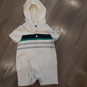 5/$20⏬ GAP hooded onesie with buttons 6-12